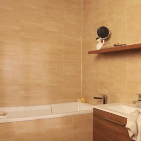 Деревянная полочка на стене с керамической отделкой