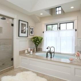 Встроенная ванна перед окном в частном доме