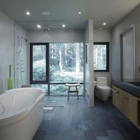 Панорамное окно в ванной сельского дома