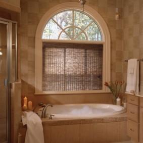 Бамбуковая штора на окне ванной