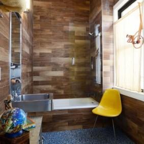 Деревянные панели на стене ванной
