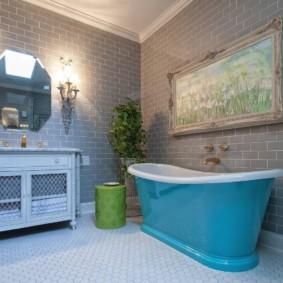 Голубая ванна под картиной в рамке