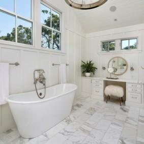 Мраморная плитка на полу ванной комнаты