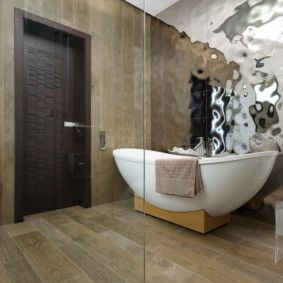 Акриловая ванна на деревянной подставке