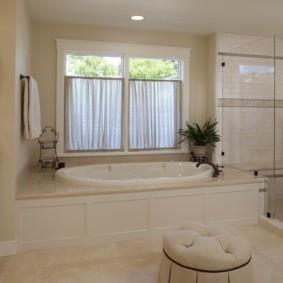 Короткие шторки на окне ванной