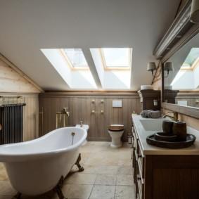 Интерьер ванной в мансардном помещении