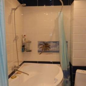 Голубая шторка в ванной комнате
