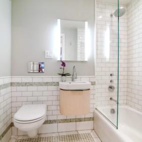 Шкафчик с зеркальной дверкой в ванной