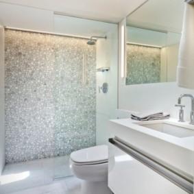 Огромное зеркало в маленькой ванной