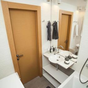 Коричневая дверь в ванной совмещенного типа