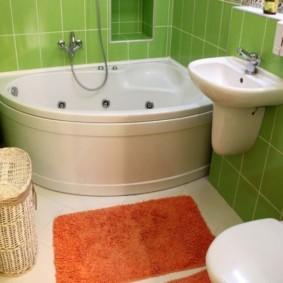 Оранжевый коврик перед угловой ванной