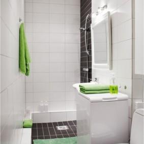 Зеленые полотенца на стиральной машине