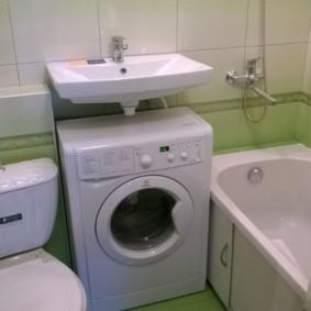Компактная машинка под умывальником в ванной