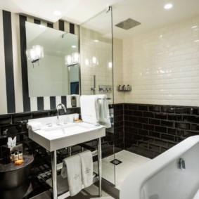 Вертикальные полосы на стене ванной