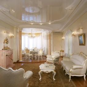 Натяжной потолок в классической гостиной