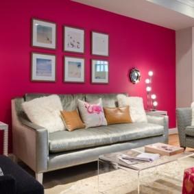 Розовая стена в небольшой гостиной