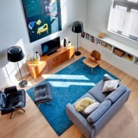 Вид сверху на зону отдыха в гостиной