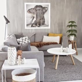 Угловой диван с серой обивкой