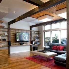 Эффектный декор гостиной натуральным деревом