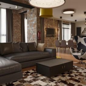 Угловой диван с кожаной обивкой коричневого цвета