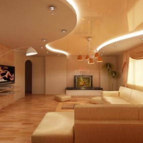 Двухуровневый потолок в зале трехкомнатной квартиры