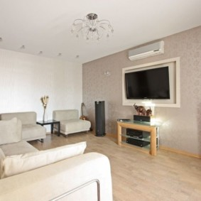 Современная гостиная с минимумом мягкой мебели