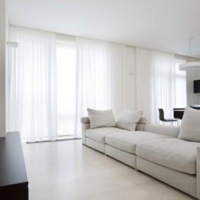 Белые занавески из тюля на панорамных окнах