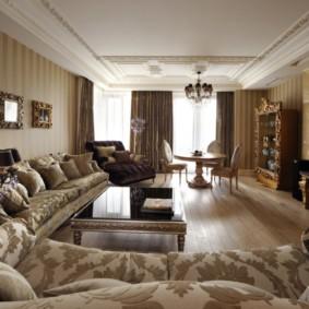 Гостиная прямоугольной формы с деревянной мебелью