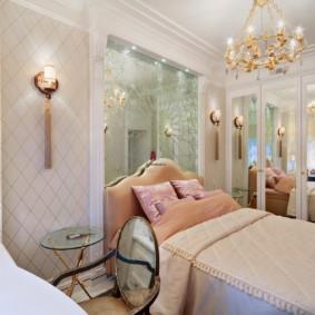 Позолоченная люстра на кроватью в спальне