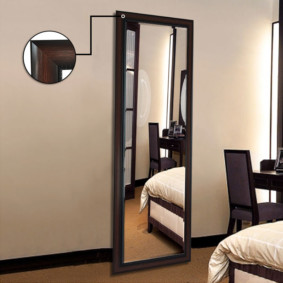 Напольное зеркало в черной оправе