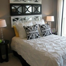 Кровать в спальне деревенского дома