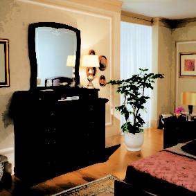 Комод из натурального дерева в спальне