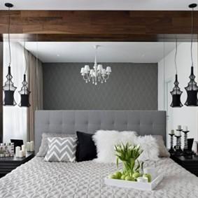 Зеркальная стена над кроватью в спальне