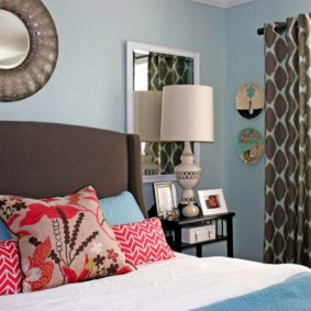 Яркие подушки на кровати в спальне девушки