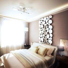 Зеркальное панно над кроватью в спальне