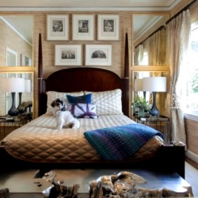 Старые фотографии над кроватью в спальне