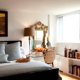 Книжная полка на полу спальни