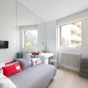 Светлая спальня с белыми стенами