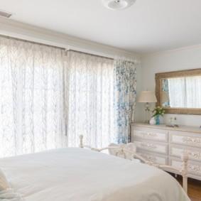 Легкие занавески в спальне стиля прованс