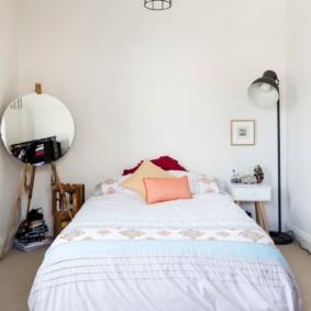 Деревенская спальня с напольным зеркалом