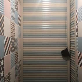 Чередование ламелей разного цвета на рольставнях в туалете