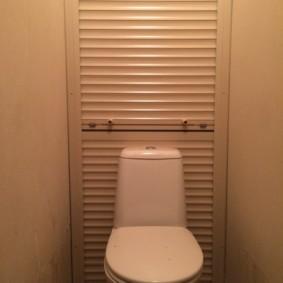 Шкаф с жалюзи за унитазом в туалете