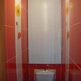 Белые алюминиевые жалюзи в туалете с красной плиткой