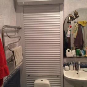 Полотенцесушитель с хромированным покрытием на стене туалета