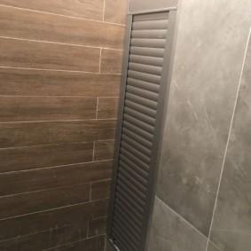 Плитка под дерево на стене туалета