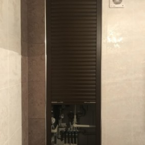 Встроенный шкаф в стене санузла городской квартиры