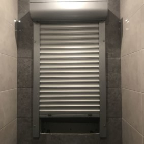 Стенка туалета с нишей для сантехнических труб
