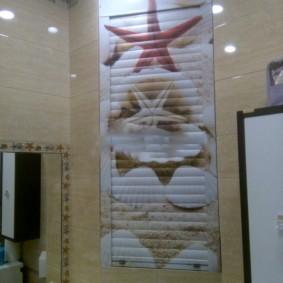Зеркало на боковой стене туалета