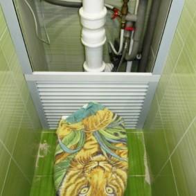Канализационный стояк в нише стены туалета