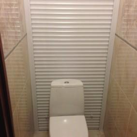 Пластиковые жалюзи до пола в туалете с унитазом